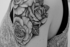 angelika gross tattoo black and grey Rosen Medaillon hinten