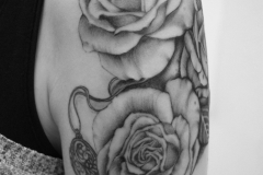 angelika gross tattoo black and grey Rosen Medaillon